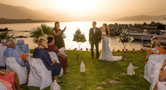 Vestuvių ceremonija saulėlydžio metu
